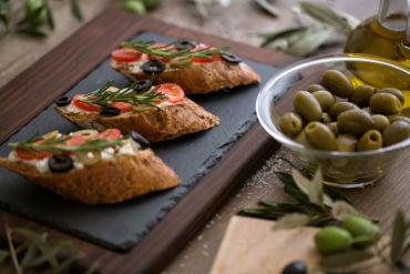 Crostoni con pomodoro e olive