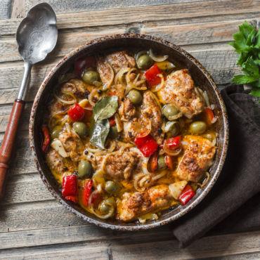 Pollo alla cacciatora con peperoni e olive