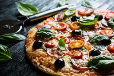 Pizza gourmet con pomodorini e olive