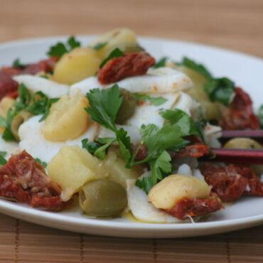 Insalata di baccalà con patate, olive e pomodori secchi